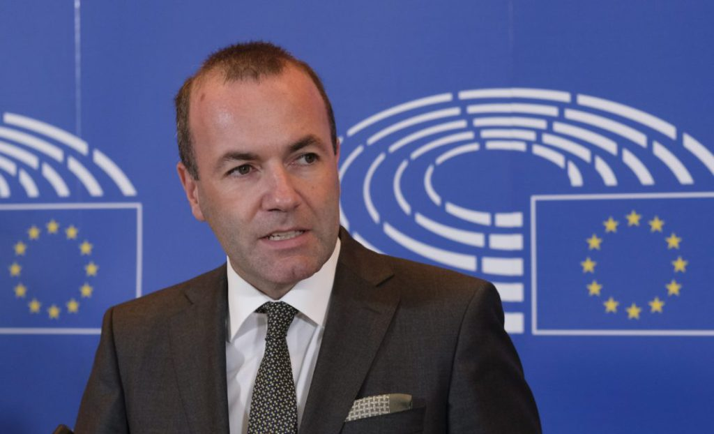 Brüsszel, 2018. szeptember 5. Manfred Weber, az Európai Néppárt (EPP) európai parlamenti frakcióvezetõje, a bajor Keresztényszociális Unió,  a CSU elnökhelyettese egy brüsszeli sajtóértekezleten 2018. szeptember 5-én. Weber bejelentette, hogy indul az EPP csúcsjelöltségéért. A csúcsjelöltet az EPP novemberi kongresszusán választják meg, és ha a párt gyõz a 2019-es európai parlamenti választásokon, õ lehet az Európai Bizottság következõ elnöke. (MTI/EPA/EPA/Olivier Hoslet) *** Local Caption *** 53000073