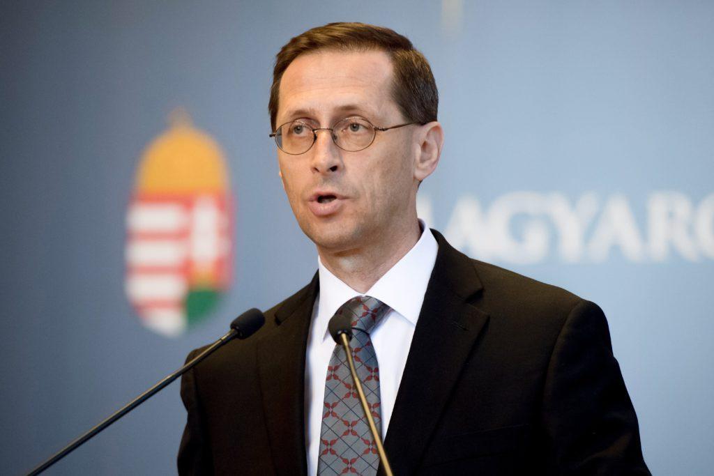 Budapest, 2017. június 15. Varga Mihály nemzetgazdasági miniszter sajtótájékoztatót tart a Parlamentben, miután az Országgyûlés elfogadta Magyarország 2018-as költségvetését 2017. június 15-én. MTI Fotó: Koszticsák Szilárd